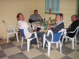 abendessen trinken auf der hotelterrasse
